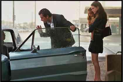 La Dame dans L'auto avec des Lunettes et un Fusil - Picture 2