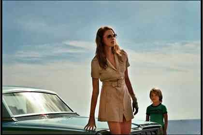 La Dame dans L'auto avec des Lunettes et un Fusil - Foto 10