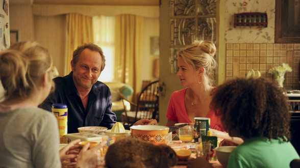 Une famille à louer: Poelvoorde- Efira... l'humour est aveugle! - Chronique