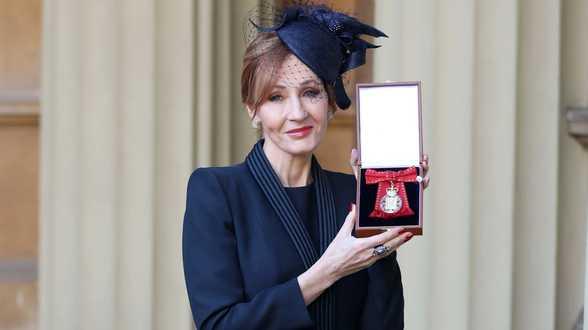J.K. Rowling décorée par le prince William - Actu