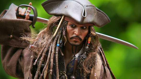 Johnny Depp, en Pirate des Caraïbes, rend visite à des enfants cancéreux à Paris - Actu