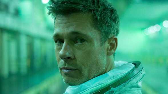 Brad Pitt parle apesanteur et corne des pieds avec un astronaute - Actu