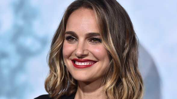 Natalie Portman utilise sa cape Dior pour faire passer un message fort - Actu