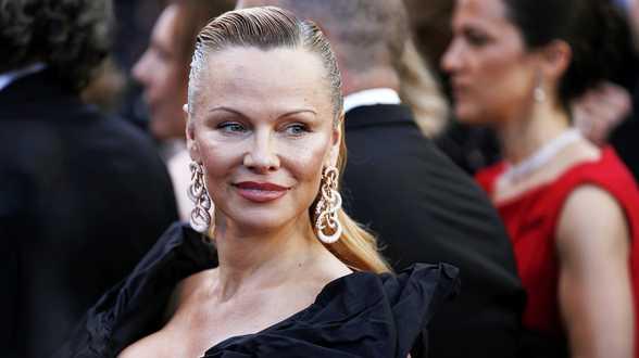 Pamela Anderson sort son bikini pour interpeller Trump - Actu