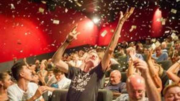 Une pluie de billets tombe lors de la première du film Insaisissables - Actu