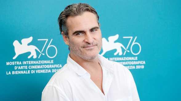 Joaquin Phoenix bedankt Golden Globes-publiek met vloekende preek - Actueel