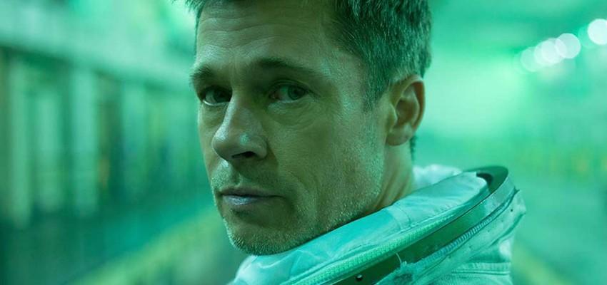 Brad Pitt parle apesanteur et corne des pieds avec un astronaute