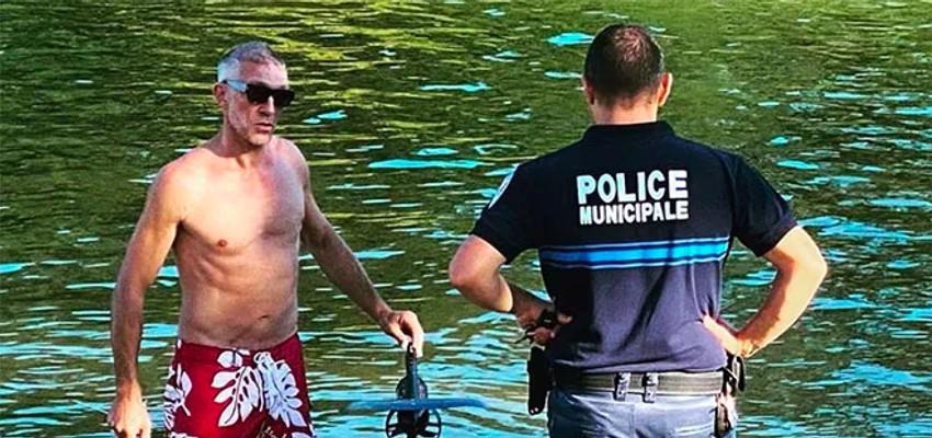 Vincent Cassel réprimandé par un policier car il volait (au-dessus de l'eau)